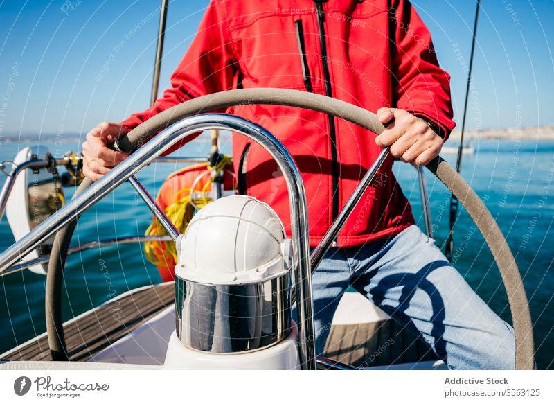 Anonymer Mann auf einem Boot Lenkrad Steuerruder Segel MEER Abenteuer Sommer Aktivität modern Gefäße reisen Verkehr Wasser Ausflug Reise Lifestyle Meer männlich