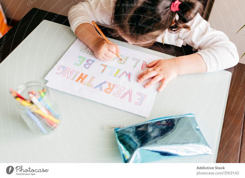 Konzentriertes Zeichnen kleiner Mädchen mit Bleistift zu Hause Zeichnung Tisch Bild Kind Konzentration entwickeln Vorschule Farbe Inspiration Hobby wenig