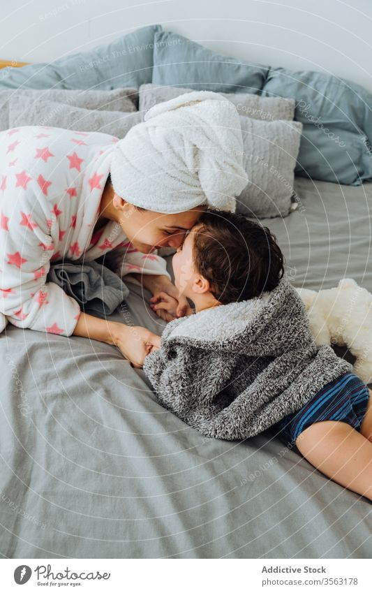 Mutter spielt mit Sohn im Schlafzimmer spielen Spaß haben Bademantel Inhalt Bett Spiel Zeitvertreib wenig Junge Eltern Elternschaft Mama Mutterschaft Kindheit