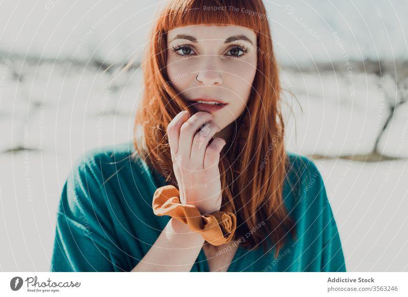 Sinnliche Frau mit roten Haaren schaut in die Kamera Stil trendy sinnlich Rotschopf rote Haare jung Natur Schnee attraktiv Ingwer Mode modern charmant elegant