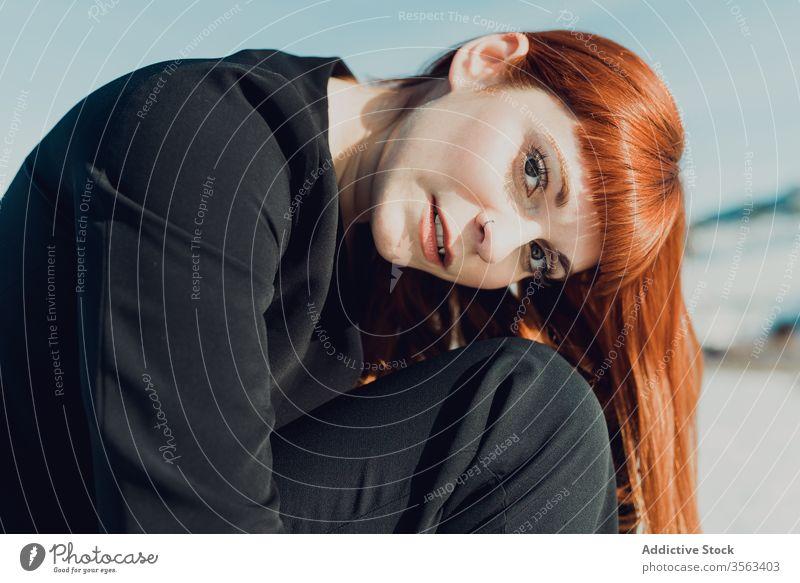 Junge Frau im schwarzen Anzug mit nackter Brust trendy Stil Mode oben ohne modern Natur Schnee Feld nackte Brust formal sitzen Dame jung elegant Outfit Winter