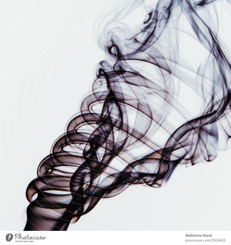 Abstrakter Hintergrund mit Flecken von schwarzem Weihrauchrauch farbenfroh Rauch Verwirbelung abstrakt Hauch Verdunstung Aroma Wittern Wirbel duftig Form Dunst