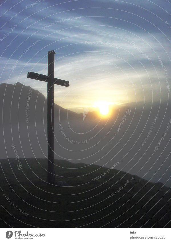 morgenstund hat gold im mund Sonne Berge u. Gebirge Stimmung Nebel Rücken Gipfel mystisch Gipfelkreuz