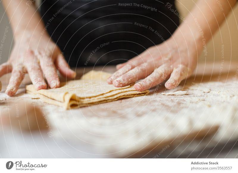 Erntehelfer bei der Zubereitung von Teigwaren mit elastischem Teig Spätzle Pferch Ebene Koch rollen Mehl vorbereiten Küche Bestandteil Person Prozess Tisch