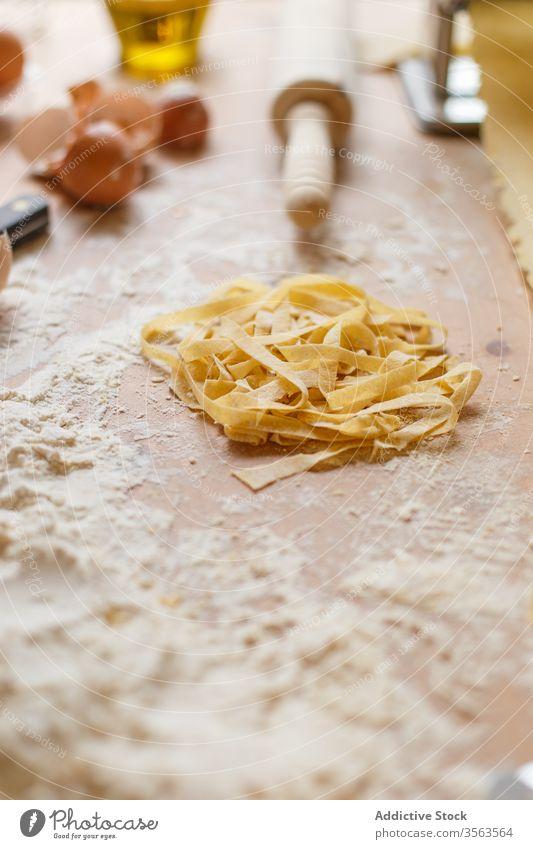 Zusammensetzung von Nudeln und Geschirr auf dem Tisch Spätzle roh Mehl Utensil verschiedene Form Teigwaren Gebäck unordentlich machen Gerät Kochen vorbereiten