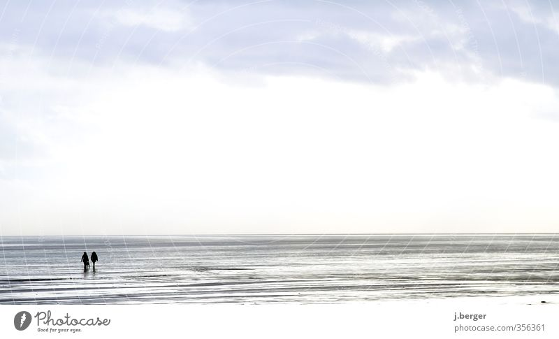 Wasser Marsch Mensch Paar 2 Natur Landschaft Urelemente Himmel Wolken Horizont Wellen Küste Strand Nordsee Fußgänger gehen laufen blau grau weiß Freundschaft