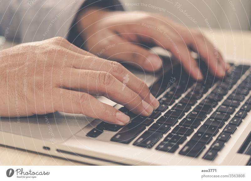 Männerhände auf dem Laptop mit Tastatur. Blog Business beschäftigt Schaltfläche Nahaufnahme Kommunizieren Mitteilung Computer Anschluss Gerät Bildung Elektronik