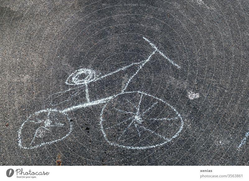 Fahrrad wurde mit Kreide auf den Asphalt gemalt, bei Benutzung Rückenschaden inclusive Rad Zeichnung Kreidezeichnung Straße schwarz weiß krumm Kinderzeichnung