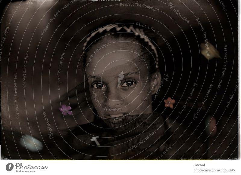 Kubanerin mit schwarzem Tüll und Blumen, nasser Kollodium-Stil Mädchen schwarzer Tüll Nasskollodium-Stil romantisch eine Person Verlockung dunkel Karibik Insel