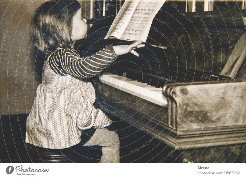 So schwer kann das doch nicht sein... Klavier Mädchen altes Foto Klavier spielen Musik 50er Jahre Musikerin Kind Noten Kleinkind Klavierstunde Klavierspielerin