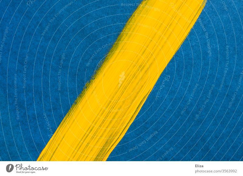Gelber diagonaler Pinselstrich auf blauem Untergrund. Grafisch. Hintergrund. Fläche Farbe Strich Linie geteilt abstrakt schlicht leuchtend Strukturen & Formen