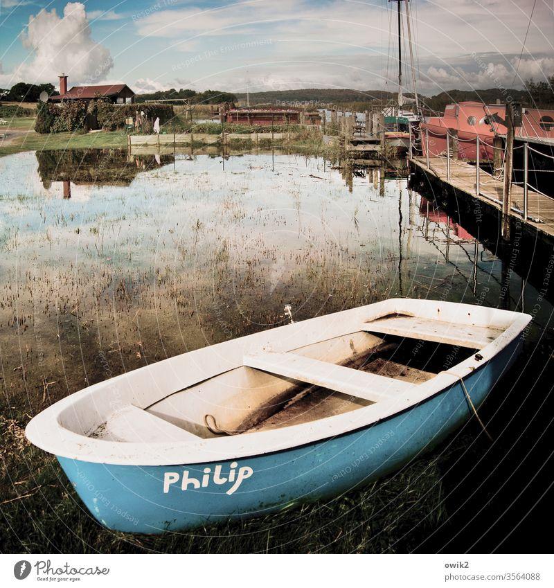 Barke Boot Ruderboot Teich draußen Außenaufnahme Totale Steg Wasser Luft Spiegelung Himmel Wolken Horizont