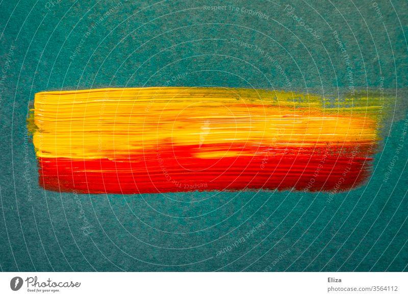 Zwei Pinselstriche mit gelber und roter Farbe mittig auf blaugrünem Hintergrund mischen Mitte Schweif mehrfarbig Kunst Acrylfarbe Kreativität abstrakt linien