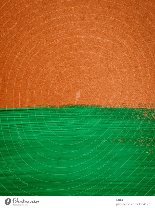 grüne Farbe auf braunem Hintergrund. Flächig und grafisch. Fläche flächig Pinselstriche zweifarbig Textur Struktur vintage leuchtend graphisch