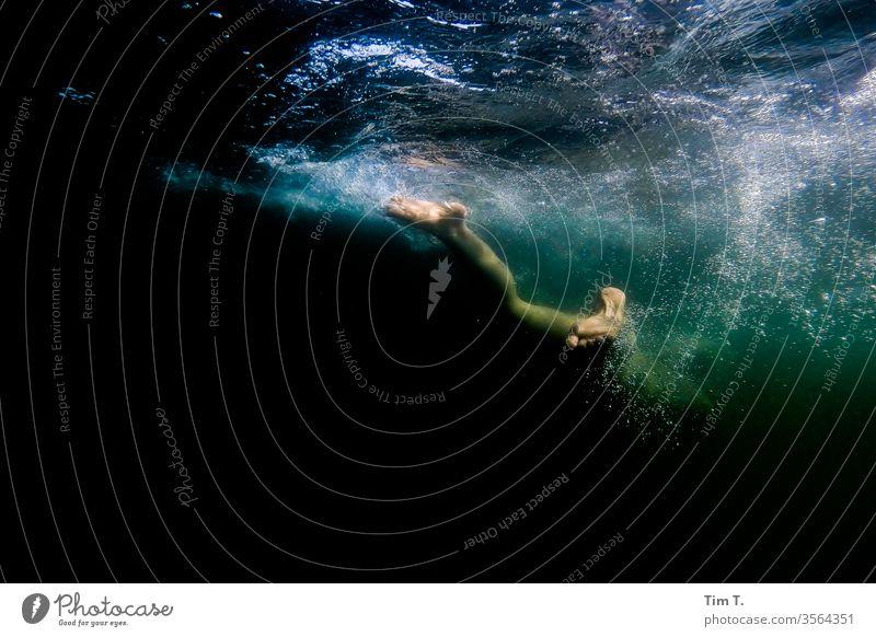 Unterwasser See Frau Füße Unterwasseraufnahme gopro lake Wasser Schwimmen & Baden tauchen Ferien & Urlaub & Reisen Mädchen Spielen blasen Schnorcheln Beine