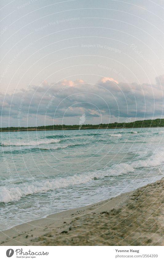 Strand, Meer, Berge, Himmel und Wolken Sand Wasser Wellen Brandung Küste blau Horizont Natur Ferne Menschenleer Landschaft weiß Schönes Wetter Sommer Tag