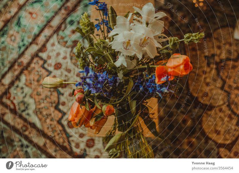 Blumenstrauß und ein orientalischer Teppich Blumentopf Blumenmuster Geschenk Muttertag Geburtstag Liebe farbenfroh