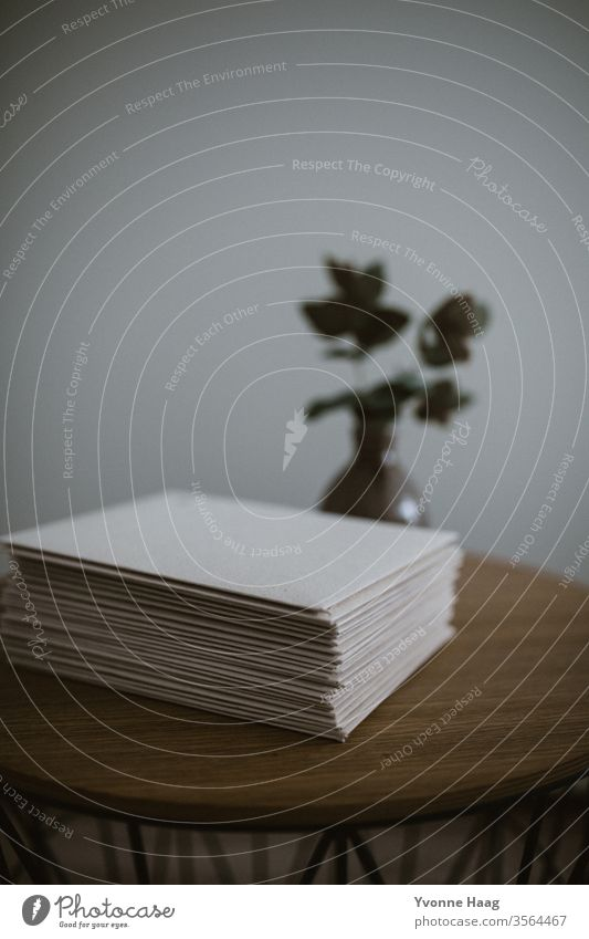 Briefumschlag gebündelt Papier cotton Post schreiben Farbfoto Tisch Liebesbrief Kommunizieren Holz Postkarte blau Textfreiraum oben Herz Absender Information