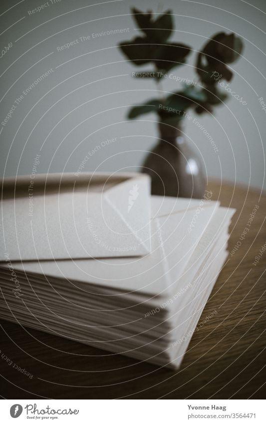Briefumschlag Papier cotton Post schreiben Farbfoto Tisch Liebesbrief Kommunizieren Holz Postkarte blau Textfreiraum oben Herz Absender Information Nahaufnahme