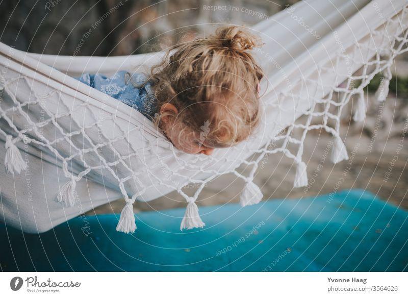 Kind liegt in einer Hängematte und schaut herunter Hawaii Sturm Strand Himmel Küste Wolken Farbfoto Natur Wind Außenaufnahme Landschaft Unwetter Wasser