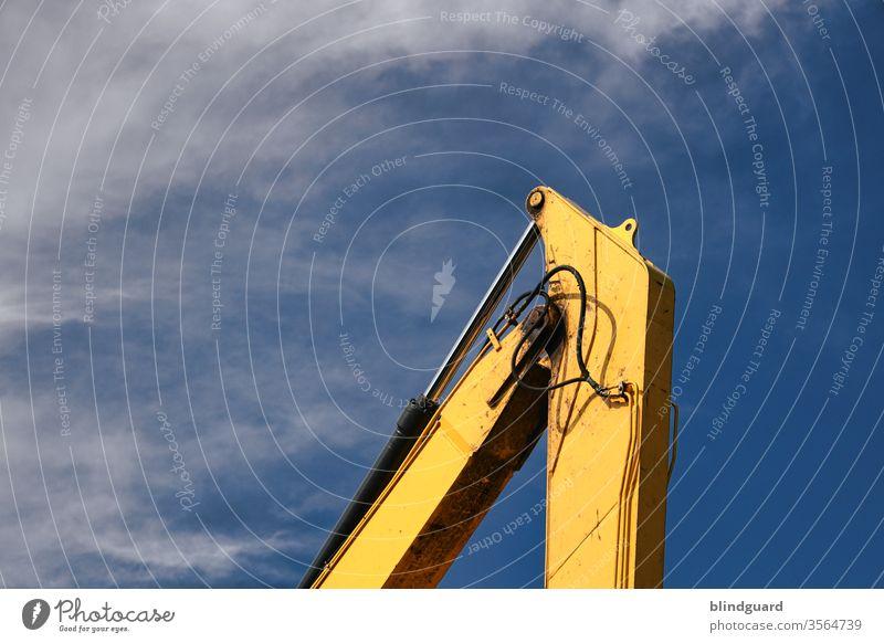 /I ... Die Spitze des Baugewerbes ... Gelenk eines Baggerarms vor blauem, leicht bewölktem Himmel Hydraulik Kran Baustelle Farbfoto Außenaufnahme Industrie