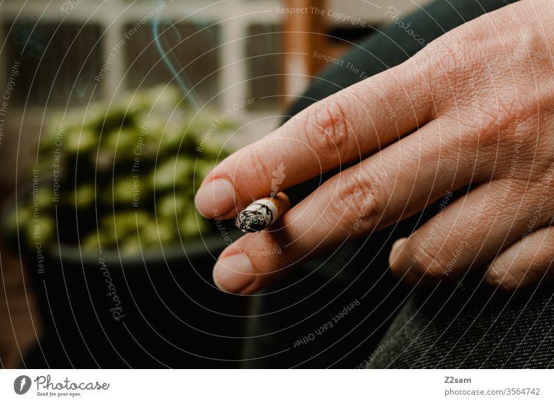 Raucher rauchen raucher Zigarette Rauchen verboten ungesund Tabak Tabakwaren Nikotin Gesundheitsrisiko Suchtverhalten Nikotingeruch angewohnheit pause hand