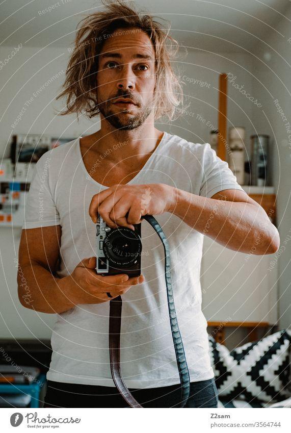 Morgendliches Selbstporträt Selfi selbstportrait morgens aufstehen verschlafen fotograf kamera spiegel haare raufen Mann Müdigkeit Haare & Frisuren Porträt bart
