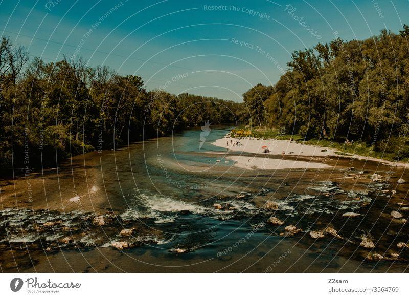 Isarufer bei München Fluss baden Erholung Freizeit Schwelle Strand aktuell Steine Fischwehr Landschaft Natur Sommer grün Wald Hütten Wasser Himmel Tourismus