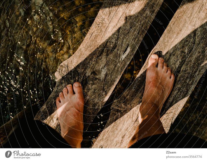 Mann steht auf Holzbrücke über Fluß Füße stehen wasser natur fluß barfuß holz sommer baden erholung urlaub mann Ferien & Urlaub & Reisen Schwimmen & Baden
