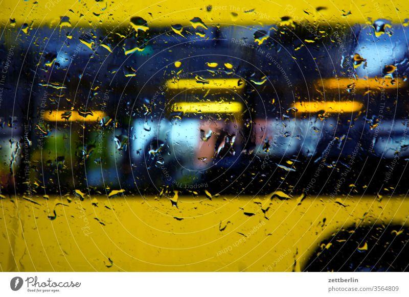 Busfahrt im Regen scheibe fenster fensterscheibe regen tropfen regentropfen nass nässe niederschlag bus omnibus nahverkehr stadtverkehr öpnv öffentliche
