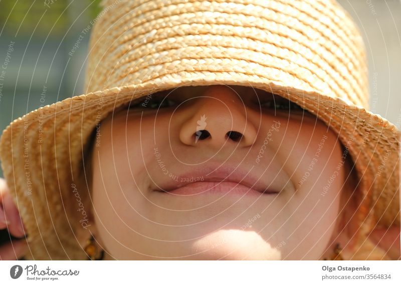 Wunderschönes Teenager-Mädchen mit Strohhut lächelt. Porträt. Nahaufnahme Sommerreise. Verkauf traumhaft Hut Lächeln reisen Sale Glück jung hübsch Lifestyle