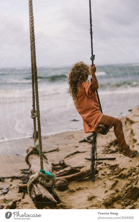 Dem Meer entgegen schaukeln Hawaii Hawaiiblume Schaukelnd Freude Spielen Außenaufnahme Farbfoto Spielplatz Kindheit Tag Kinderspiel Textfreiraum rechts Bewegung