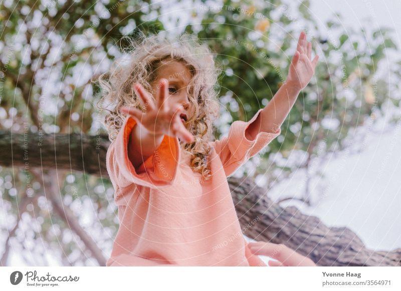 Mädchen mit offenen Armen Hawaii Hawaiiblume schaukeln Schaukelnd Freude Spielen Außenaufnahme Farbfoto Spielplatz Kindheit Tag Kinderspiel Textfreiraum rechts