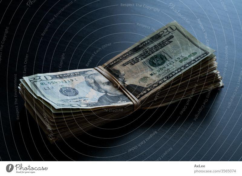Geld auf dem Tisch Dollar Währung Bargeld Business Finanzen Vermögen vereinzelt Papier Rechnung hundert Bank Stapel Banking Rechnungen USA 100 Einsparungen weiß