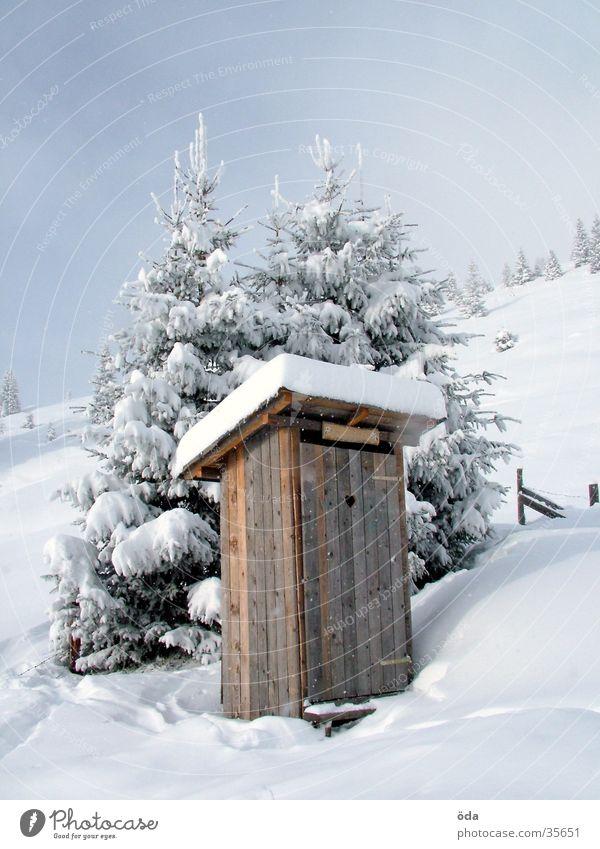 stilles Örtchen Winter Schnee Dorf Toilette historisch Plumpsklo