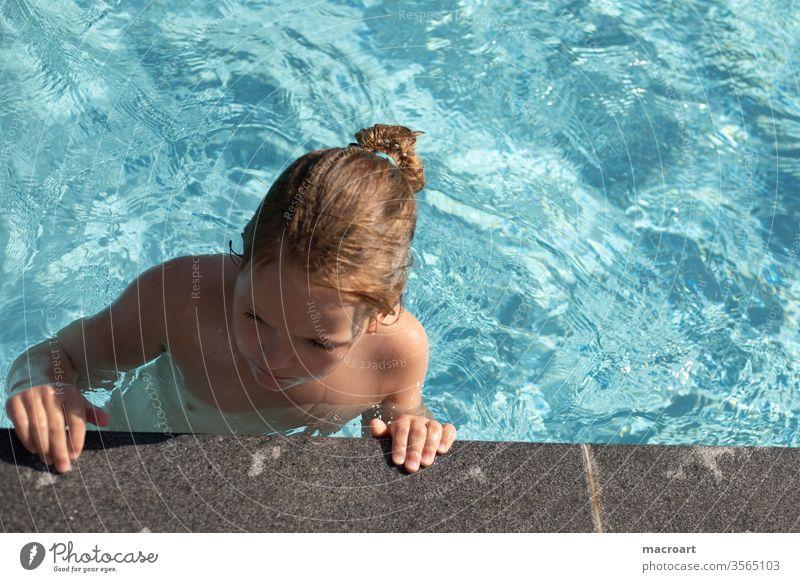 schwimmen im Pool badesaison beginn pool schwimmbad schwimmbecken mädchen stehen fuß . füße kleid blau himmelblau baden kalt kälte warm schwimmunterricht