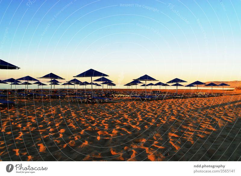 Sonnenuntergang am Strand Urlaub Sehnsucht Leere Meer Ferien Urlaubsstimmung Erholung Wasser Sommer Natur Abenddämmerung Gegenlicht Horizont Licht Sand Wellen