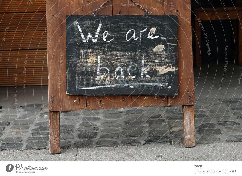 verwischte Aufschrift We are back  for einem Restaurant Hoffnungsschimmer Zusammenhalt covid-19 Epidemie Quarantäne Infektion COVID Pandemie Gesundheit