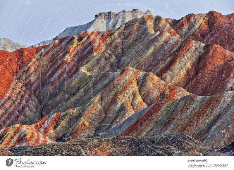 Kleiner-Potala-Palast auf dem Sieben-Farben-Berg-Landform vom Buntwolken-Beobachtungsdeck aus. Zhangye Danxia-Qicai Landschaftsfleck-Gansu-China-0898