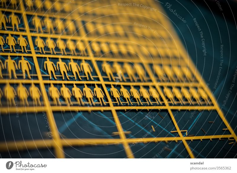 papier menschen in einer reihe Papier papiermenschen mann frau Mensch Mann basteln ausgebrochen entkommen fliehen system craft detail Detailaufnahme