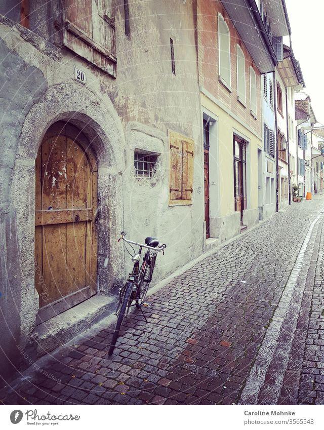 Gasse in Solothurn Schweiz mit Velo fahrrad gasse schweiz schweizer Außenaufnahme Farbfoto Menschenleer Sommer Landschaft Tourismus Ferien & Urlaub & Reisen