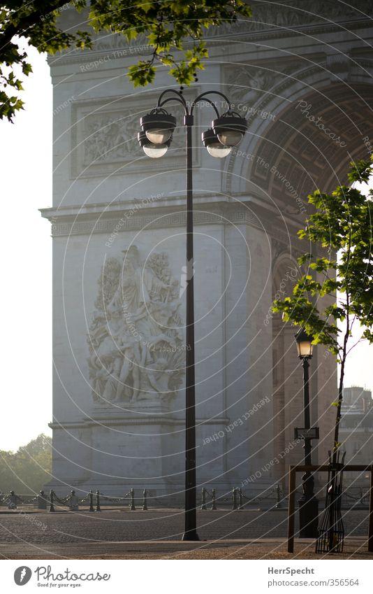 Morgen in Paris Frankreich Hauptstadt Stadtzentrum Sehenswürdigkeit Wahrzeichen Denkmal Arc de Triomphe ästhetisch grau friedlich ruhig Morgendämmerung