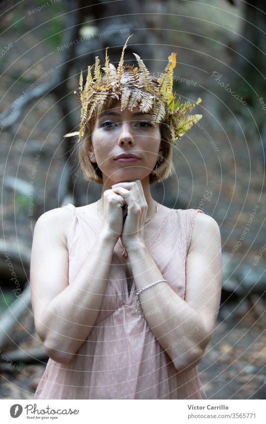 Ein junges, hübsches Boho-Mädchen in einem Waldhintergrund Sprit Glamour ethnisch frei Stehen Dame Bäume romantisch Holz posierend Frau Person Tribal atmen