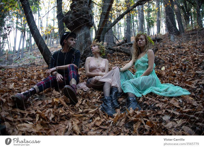 Drei junge böhmische Freunde in einem Wald natürlich hübsch wild geistig Sprit Freiheit böhmen Person stylisch grün Wildtiere Behaarung Land Romantik Kleid