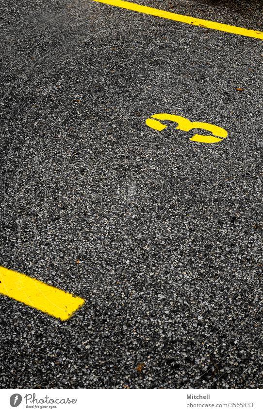 Mutiger Parkplatz mit der Nummer drei fett gelb Hintergrund Linien Kontrast Ziffern & Zahlen Verkehrswege Schilder & Markierungen Asphalt Parkhaus Menschenleer