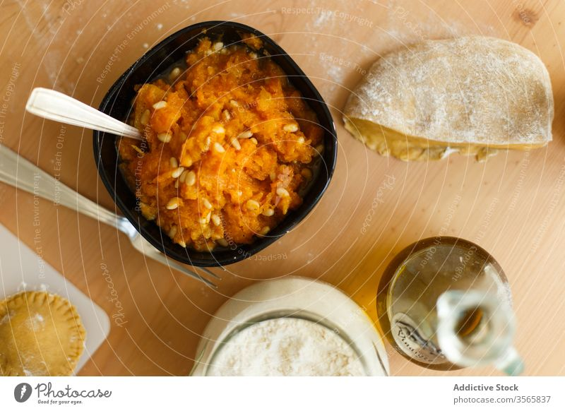 Zutaten für die Zubereitung von Kürbisravioli Ravioli besetzen Zeug Püree Nut Kochen Mehl vorbereiten Teigwaren heimwärts Utensil mischen Lebensmittel roh Gabel