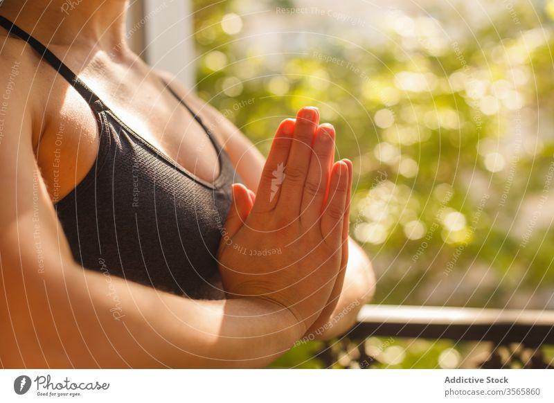 Ruhiges weibliches Stehen in Adlerstellung während der Yogapraxis im Sommer Frau heimwärts üben meditieren Adler-Pose Asana Balkon Windstille Frieden