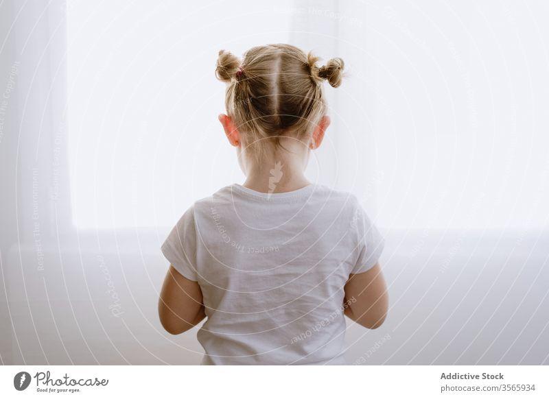 Anonymes kleines Mädchen auf weißer Wand stehend Morgen wenig Kind Wohnzimmer bezaubernd niedlich Kindheit Fenster Stil hell Appartement modern heimwärts lässig