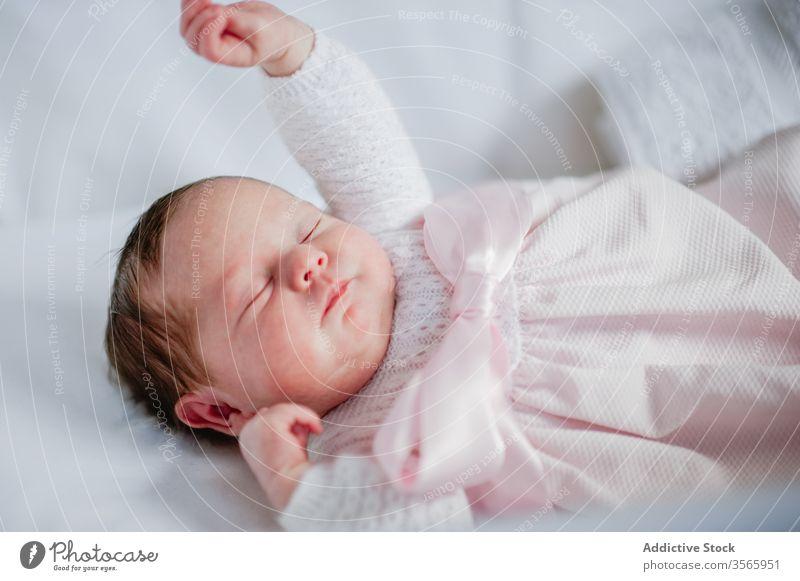 Neugeborenes Mädchen schläft in Krippe neugeboren schlafen Baby Babybett Kinderbett bezaubernd Lügen niedlich gemütlich Kleid Säugling unschuldig ruhen