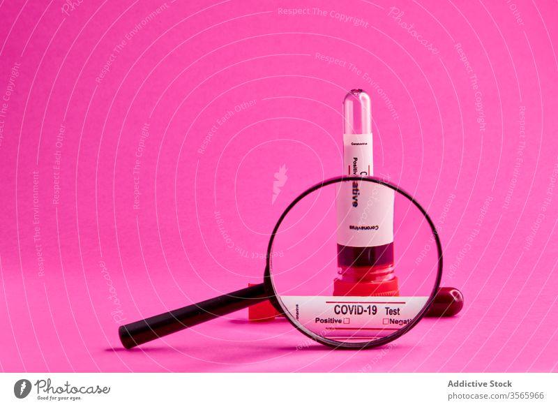 Coronavirus-Blutprobe unter der Lupe Impfstoff Spritze COVID19 Medizin Gesundheitswesen Prüfung Infektion Einspritzung verhindern Leckerbissen Medikament